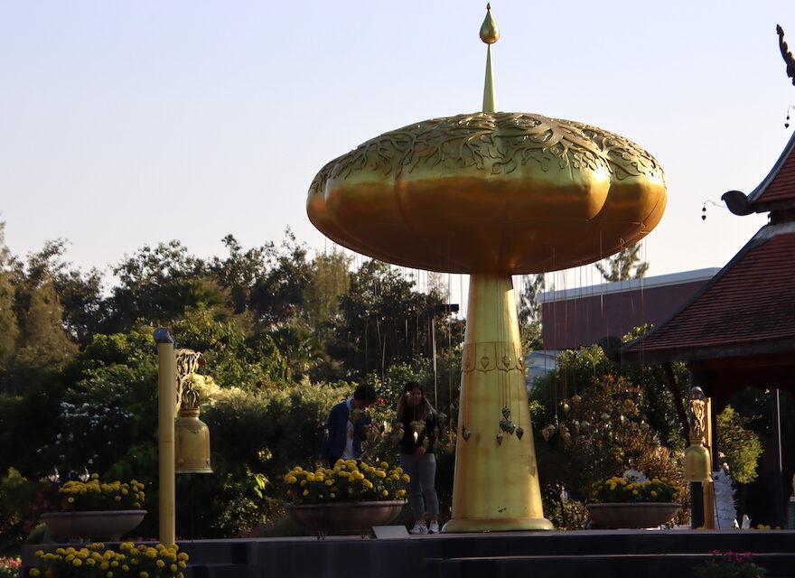 Goldene Statue mit Glockenspiel - 47 Chinesische Erfolg-Sprichwort