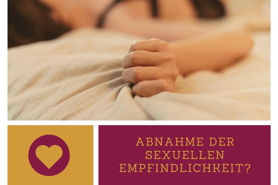 Frau krallt mit den Händen das Leintuch im Bett - Selbstliebe