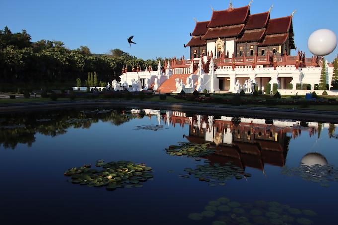 Tempel mit Spiegelung im Wasser - Chinesisches Erfolg-Sprichwort