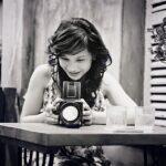 Junge Frau fotografiert und lässt ihre Intuition spielen