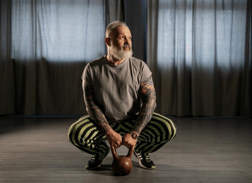 Älterer Mann trainiert mit Ketlebells - Kettlebells-Training auch im hohen Alter