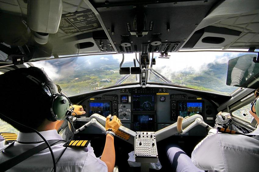 Präzisionsarbeit im Cockpit eines Hubschraubers