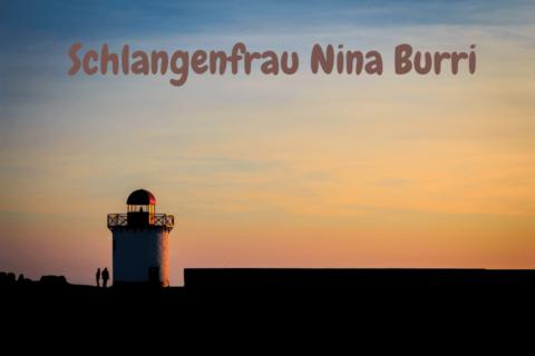 Sonnenuntergang mit Blick auf einen Leuchturm und das Meer. Tittel: Schlangenfrau Nina Burri