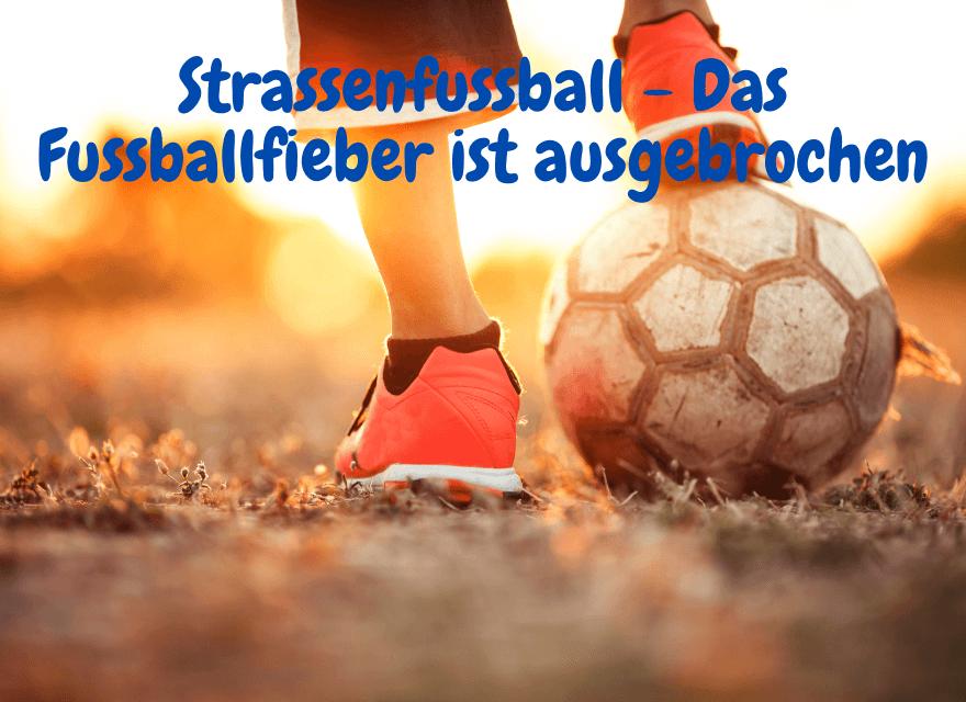 Ein Fussfall mit Turnschuhe mit der Aufschrift: Strassenfussball - Das Fussballfieber ist ausgebrochen